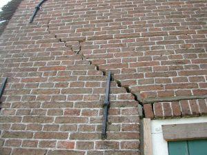 water schade scheur in muur