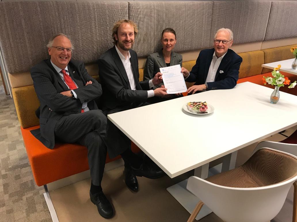 De uitreiking van het certificaat. V.l.n.r. Jos Jansen (bestuurslid Stichting), Ronald Hanselaar (Certiked), Jolanda de Winter (Secretaris Stichting) en Jan Pieter Lokker (Voorzitter Stichting).